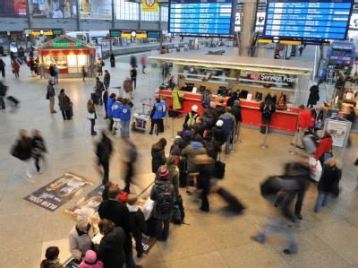 Schlange vor dem Informationsschalter der Deutschen Bahn im Münchner Hauptbahnhof.