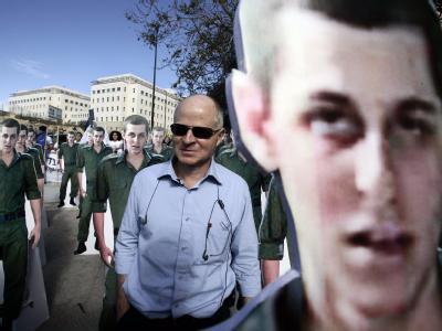 Der Vater von Gilad Schalit steht vor dem Konterfei seines entführten Sohnes. Die radikale Hamas fordert für Schalits Freiheit die Freilassung von etwa 1000 palästinensischen Häftlingen.