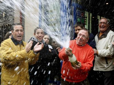Gewinner der spanischen Weihnachtslotterie feiern in Getafe.