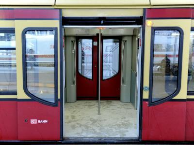 Ein geöffneter S-Bahn Wagon steht auf einem Gleis im Hauptbahnhof in Berlin.