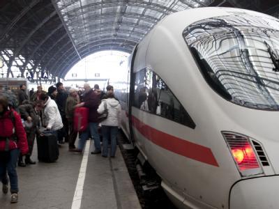 Fahrgäste am Leipziger Hauptbahnhof: Der Ausfall von jedem zweiten ICE auf der Strecke Berlin-Leipzig-Nürnberg-München war für viele Reisende eine Überraschung.