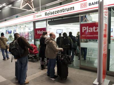 Warten vor dem Reisezentrum im Berliner Hauptbahnhof: Reisende müssten mit längeren Fahrzeiten rechnen.
