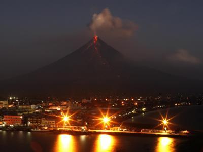Vulkan Mayon bei nacht