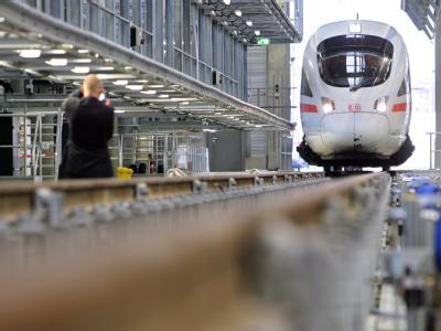 Schönwetterzug: Ein ICE fährt in das neue Wartungswerk in Leipzig ein.