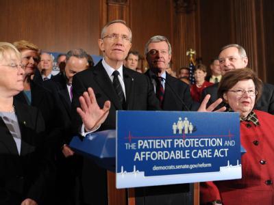 Senator Harry Reid ist Anführer der Senats-Merheitsführer und hält, umringt von demokratischen Senatoren, am Tag vor der entscheidenden Abstimmung eine Rede.