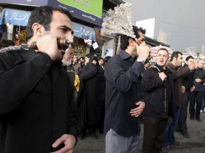 Schiitische Iraner geißeln ihre Rücken während einer traditionellen Prozession am Vortag des Aschura-Festes mit Ketten.