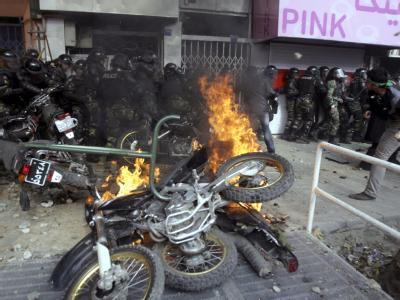 Bei den Protesten der iranischen Opposition gingen viele Polizeimotorräder in Flammen auf.
