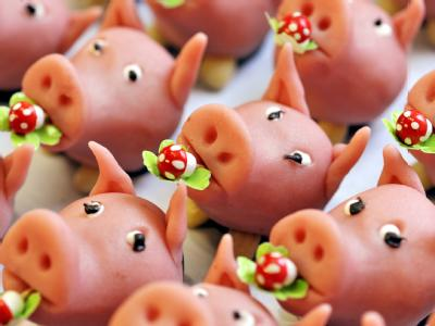 Marzipanschweine in einer Bäckerei warten auf Abnehmer. In Deutschland gelten die Rüsseltiere zu Sylvester als Glücksbringer.