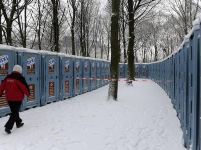 Die Toiletten für die Silvester-Party am Brandenburger Tor in Berlin stehen schon.
