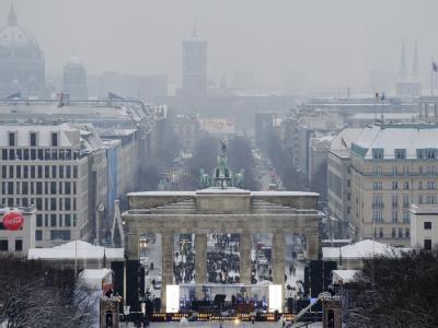 Die Bühne für die Silvester-Party wird am Brandenburger Tor in Berlin beleuchtet.