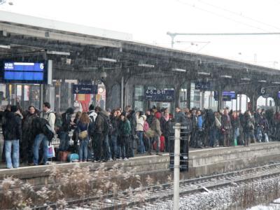 Reisende warten auf dem Göttinger Bahnhof auf einen Zug. Winterwetter und technische Störungen führten zu Verspätungen und Zugausfällen.