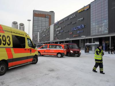 Rettungswagen vor dem Ort des Amoklaufs ins Finnland.