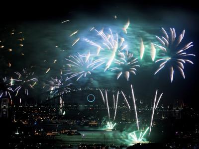 Über der Hafenbrücke in Sydney leuchtet das Silvesterfeuerwerk.