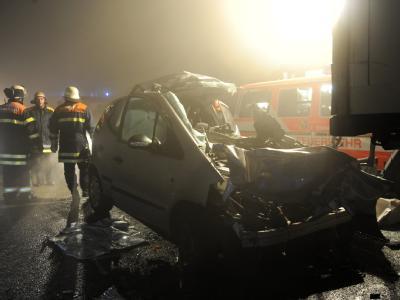 Zerstörte Fahrzeuge auf der Autobahn A5 bei Teningen im Landkreis Emmendingen.