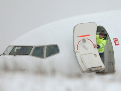 Der Urlauber-Jet der Fluggesellschaft Air Berlin war von der Startbahn gerutscht, nachdem der Pilot das Startmanöver wegen unterschiedlicher Geschwindigkeitsanzeigen im Cockpit abgebrochen hatte.