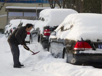 Wer in Peking zu seinem Auto wollte, hatte im Zweifel erst einmal Schnee zu räumen.
