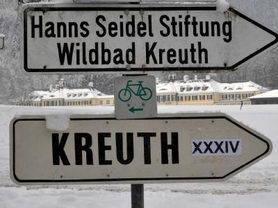 Wegweiser zum Haus der Hanns-Seidel-Stiftung (Oberbayern) in Wildbad Kreuth (Oberbayern).