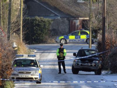 Tatort nahe Antrim. Ein nordirischer Polizist wurde bei der Bombenexplosion schwer verletzt.