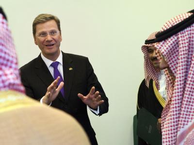 Bundesaußenminister Guido Westerwelle begrüßt in Riad die Delegation seines saudischen Amtskollegen.