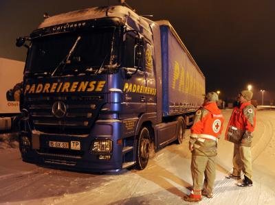 Zwischen 300 und 400 Menschen mussten in ihren Fahrzeugen die Nacht verbringen - jetzt löst sich der Stau langsam auf.