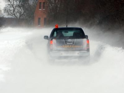 Chaos auf Fehmarn: Verkehrsbehinderungen durch stürmische Winde und Schneeverwehungen beherrschen die Insel.
