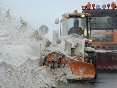 Eine Schneefräse räumt bei Altefähr auf Rügen eine Straße frei.