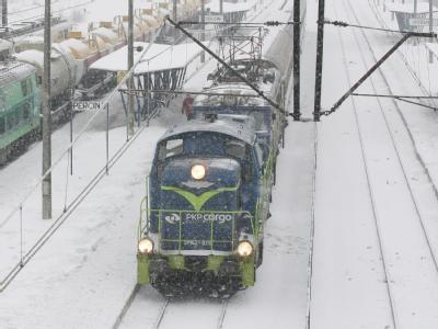 Eine Diesel-Lok muss im südpolnischen Kozlow einen liegengebliebenen Zug aus dem Bahnhof ziehen.