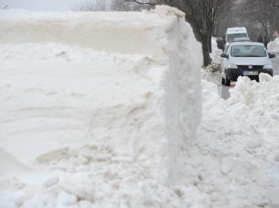 In Mecklenburg-Vorpommern macht den Einsatzkräften der anhaltende Schneefall Sorgen.