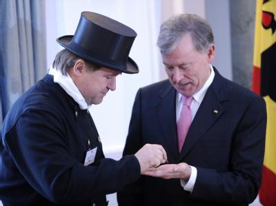 Bundespräsident Köhler empfängt den Schornsteinfeger Thaddäus Mußner im Schloss Bellevue und erhält einen Glückscent.