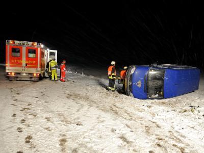 Rettungskräfte stehen an einem verunglückten Kleinlaster auf der Bundesautobahn A 7 bei Tarp.