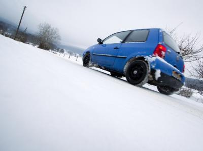 Auto auf schneebedeckter Straße