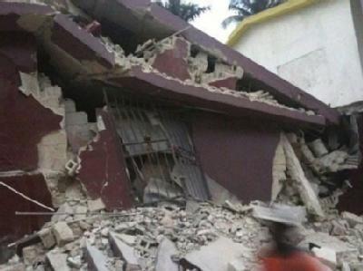 Zerstörtes Haus in in Port-au-Prince. Auf den staubigen Straßen der haitianischen Hauptstadt wurden blutende Menschen notdürftig versorgt.
