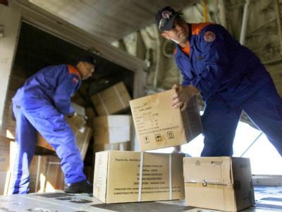 Hilfsgüter werden auf dem Flughafen von Caracas verladen.