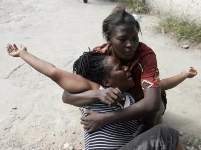 Zwei Frauen trauern in Port-au-Prince um getötete Angehörige.