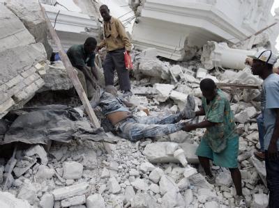 Helfer bergen in Port-au-Prince einen Mann.
