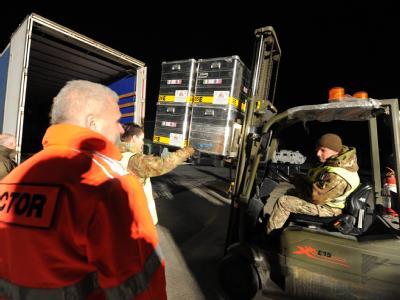 Italienische Soldaten und freiwillige Helfer verladen Hilfsgüter in Pisa.