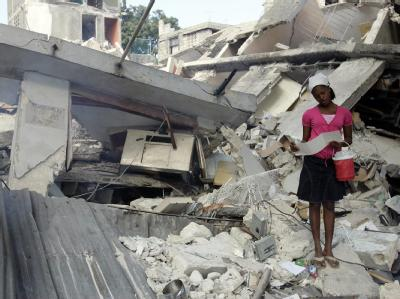 Ein junges Mädchen steht in den Trümmern eines eingestürzten Huses in Port-au-Prince.