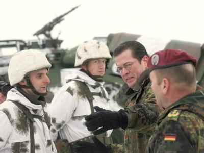 Bei der Truppe: Verteidigungsminister Karl-Theodor zu Guttenberg (2.v.r.) spricht mit Soldaten der Infanterie im Gefechtsübungszentrum in Letzlingen.