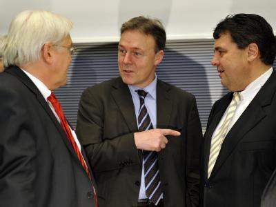 Der SPD-Fraktionschef Frank-Walter Steinmeier (l-r), der parlamentarische Geschäftsführer der SPD-Bundestagsfraktion, Thomas Oppermann und der SPD-Parteichef Sigmar Gabriel.