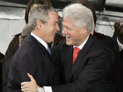 Die beiden ehemaligen US-Präsidenten George W. Bush (l) und Bill Clinton sollen bei der Haiti-Hilfe zusammenarbeiten.