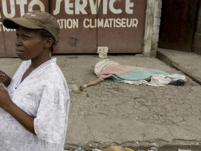 Ein Toter in einer Straße von Port-au-Prince.