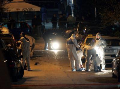 Griechische Antiterror-Einheiten untersuchen den Ort des Bombenanschlags in Athen.