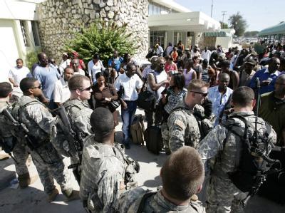 US-Soldaten kontrollieren Flughafen
