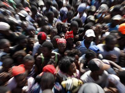In der Region Port-au-Prince warten Tausende auf Lebensmittel.