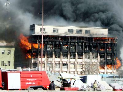 Nach dem Angriff der Taliban schlagen in Kabul Flammen aus einem Gebäude.