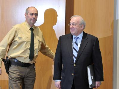 Der angeklagte Waffenlobbyist Karlheinz Schreiber wird im Strafjustizzentrum Augsburg in den Sitzungssaal geführt.
