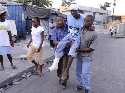 Statt Krankenwagen: Familienmitglieder schleppen einen Verletzten durch Port-au-Prince.