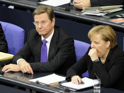 Müde Debatte: Gähnend verfolgt Bundeskanzlerin Merkel gemeinsam mit Außenminister Westerwelle die Haushaltsdebatte im Bundestag.