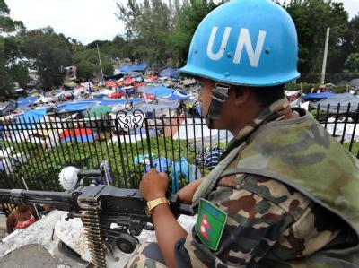 Ein UN-Blauhelm vor einem Lager von Überlebenden in Port-au-Prince.