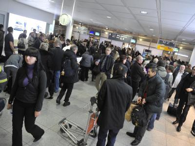 Passagiere stehen im Münchener Flughafen am Sicherheitscheck vor verschlossenen Türen.